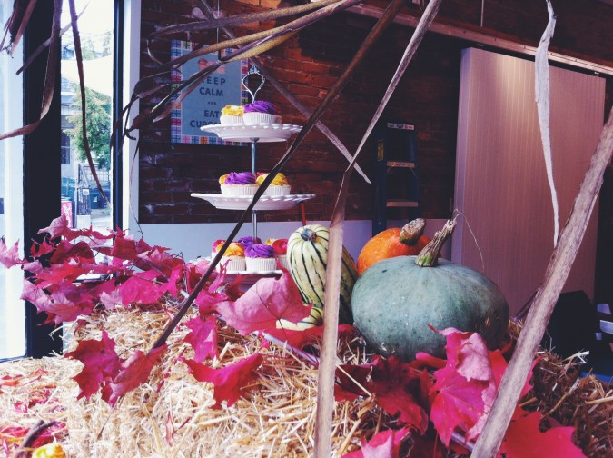 AUTUMN WINDOW DISPLAY FOR LE DOLCI Check out the new Fall/Autumn window display created by @miss_singh. #fall #autumn #cupcakes #decorations